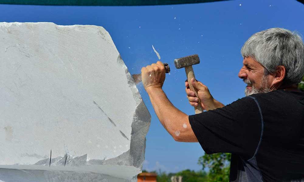 Jiménez Deredia trabajando el marmol